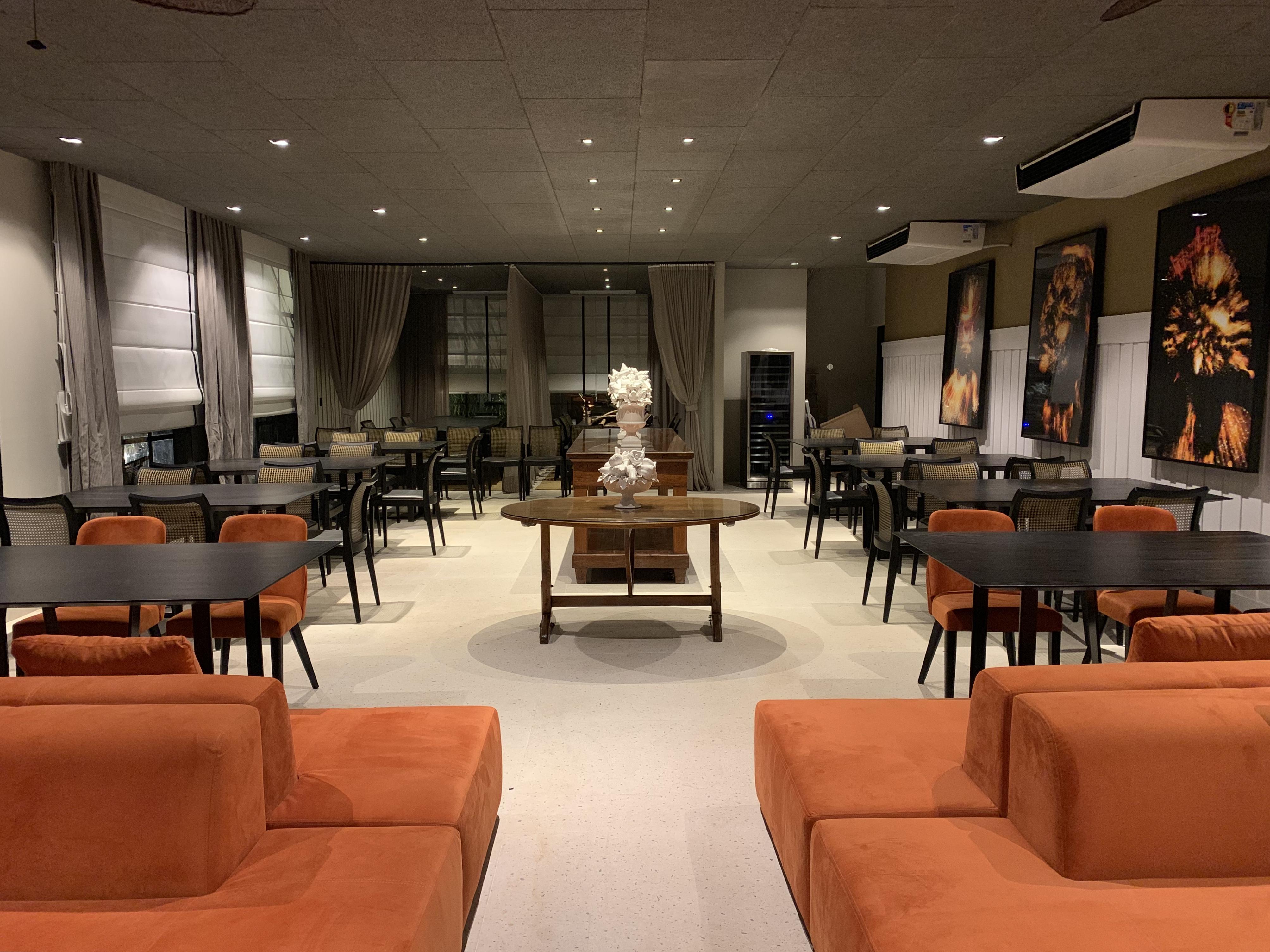 Living do Restaurante by Gustavo Paschoalim. CASACOR SP 2019. BADEBEC. Lounge do restaurante, este espaço tem preto e branco como suas principais cores, sofá de sarja e mobiliário garimpado.