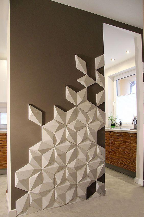 Parede com revestimento 3D. Parede com revestimento 3D de padrão irregular que contrapõe a cor marrom. Elegante e moderna.