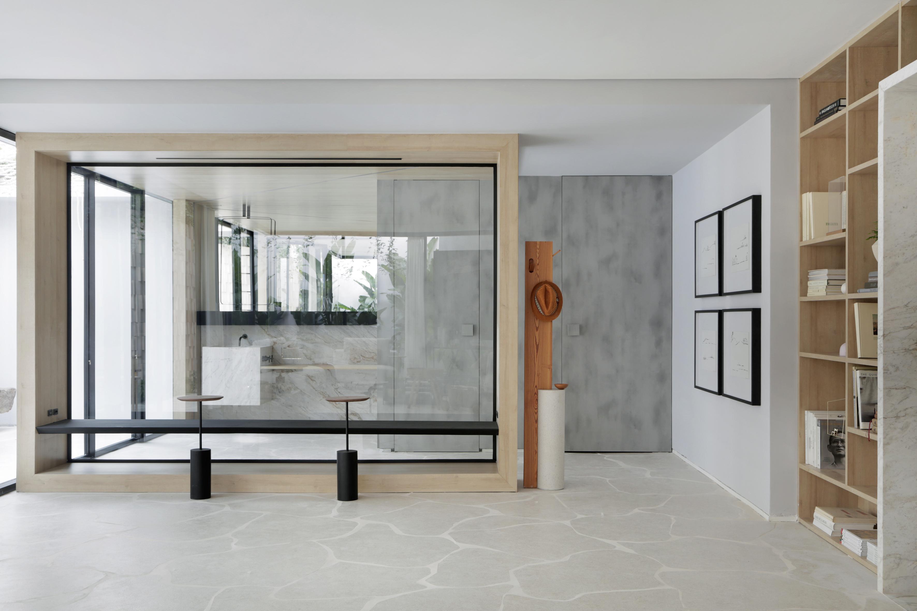 Casa Conecta: Ticiane Lima, CASACOR SP 2019.  Living. Uma enorme estante nichada que cobre a parede inteira, e exibe a tonalidade natural da madeira clara, piso em formato de rochas  e quadros de Zanine e de Maria Kruchewiscky.