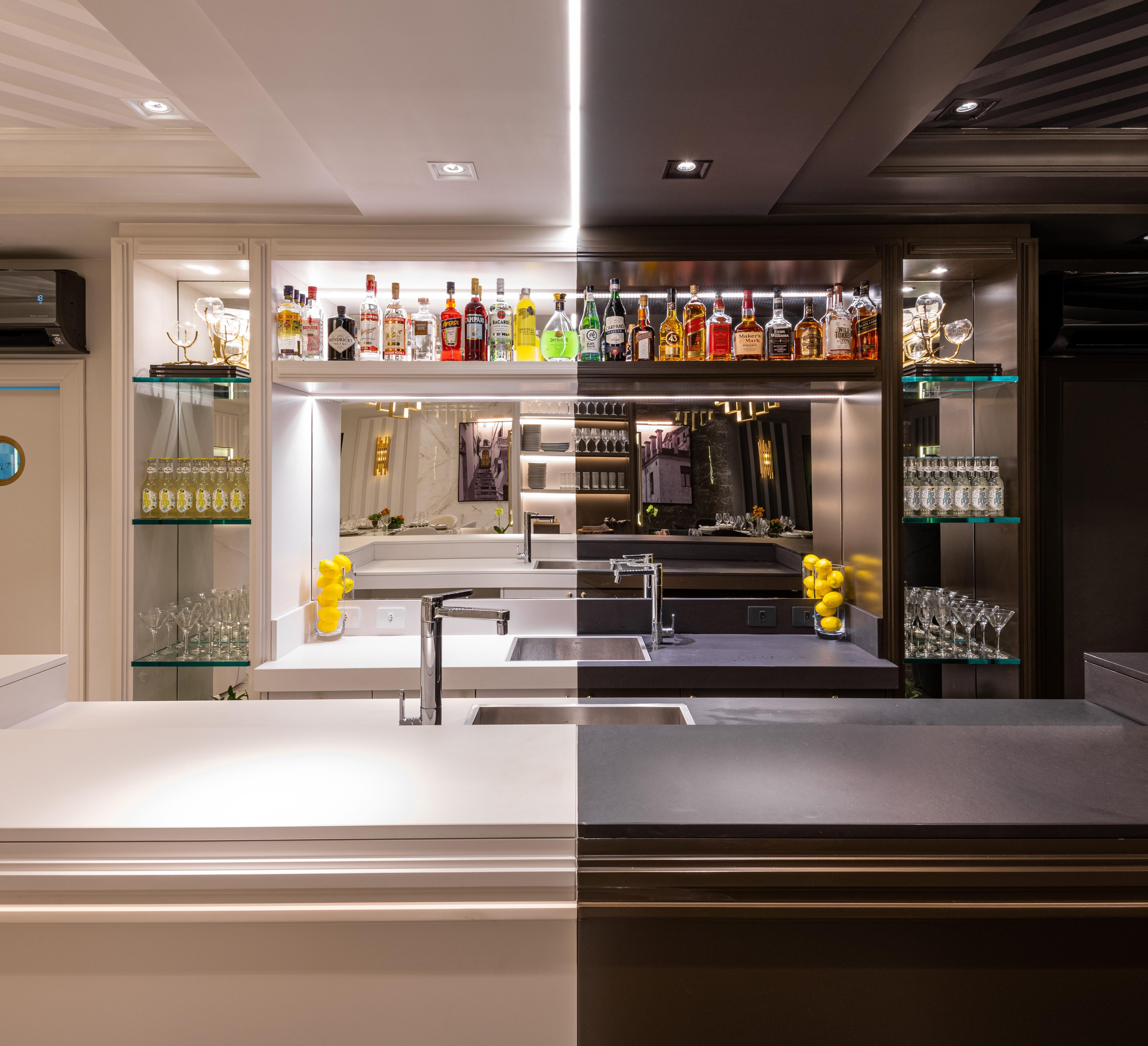 Restaurante Limone, CASACOR São Paulo 2019, Habitat Projetos Inteligentes.  Bar do restaurante com conceito da dualidade. balcão de mármore branco e  preto, pia branca e preta, prateleira, espelho teto com revestimento de gesso e relevo.