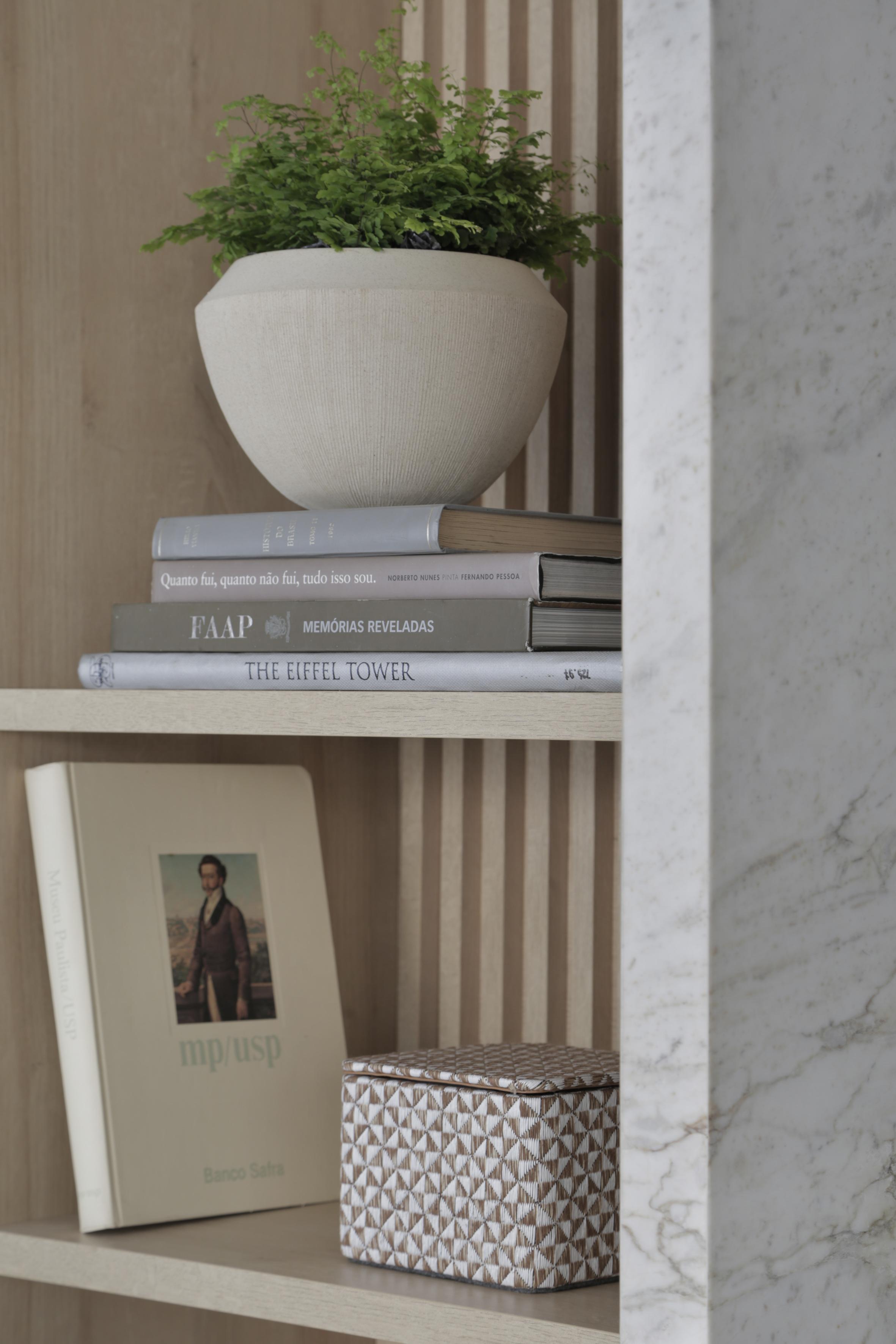 Casa Conecta: Ticiane Lima, CASACOR SP 2019.  Detalhe da estante com objetos como livros e vaso com planta.