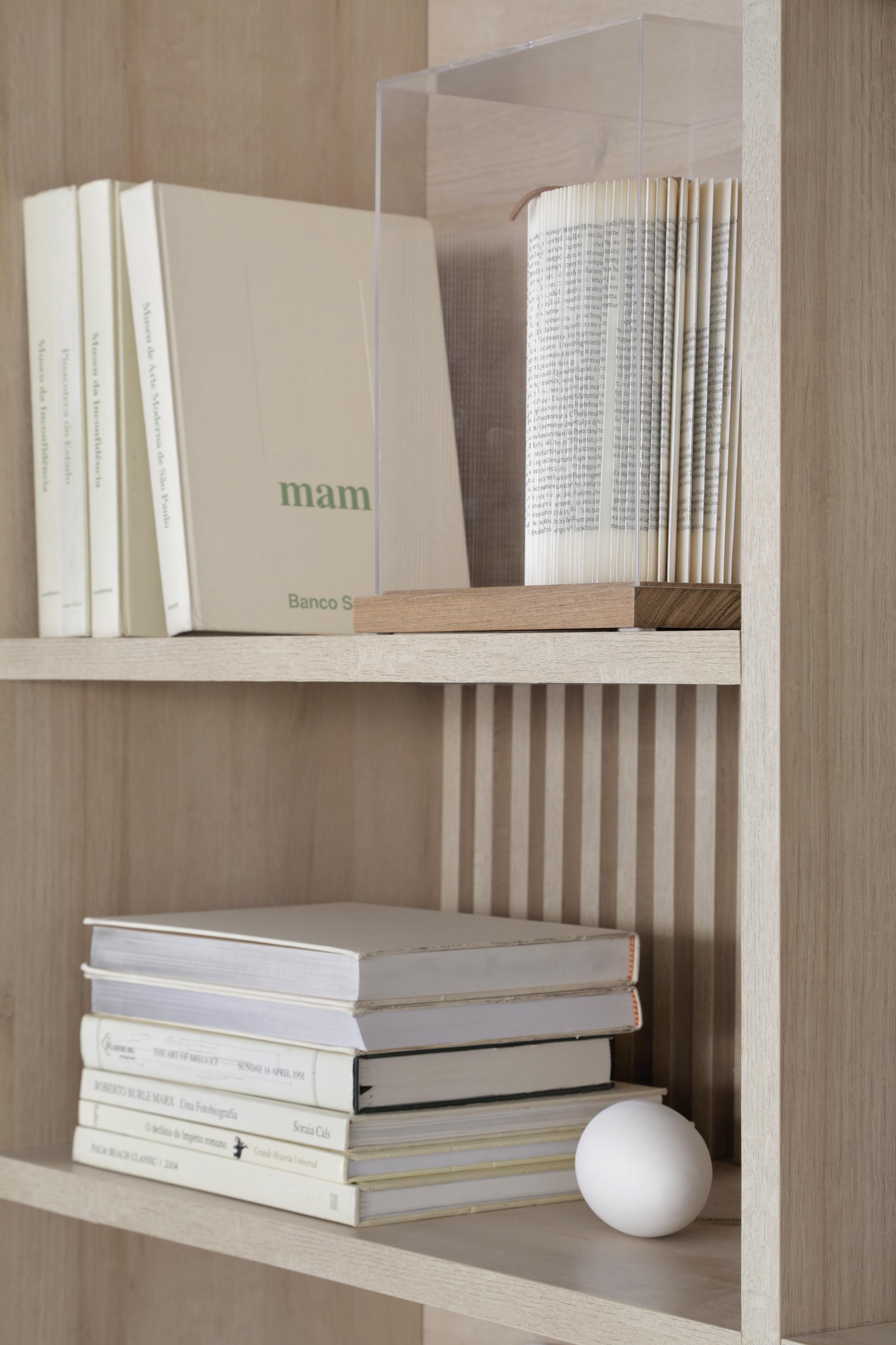 Casa Conecta: Ticiane Lima, CASACOR SP 2019.  Detalhe da estante, prateleiras com livros.