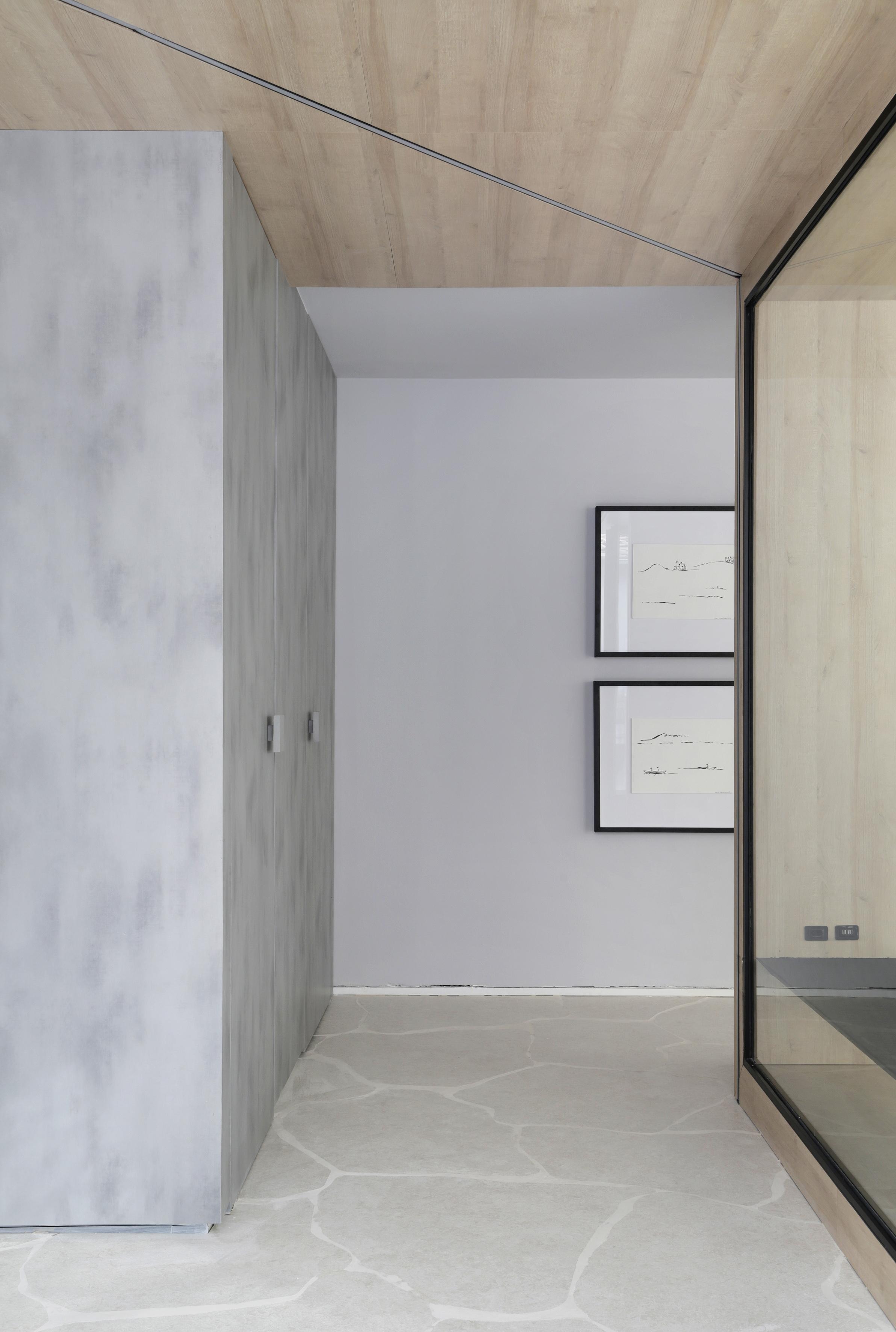 Portas da área intima do banheiro, parede de vidro que divide banheiros e living, piso em formato de rochas, quadros decorativos e forro de madeira. Casa Conecta: Ticiane Lima, CASACOR SP 2019.