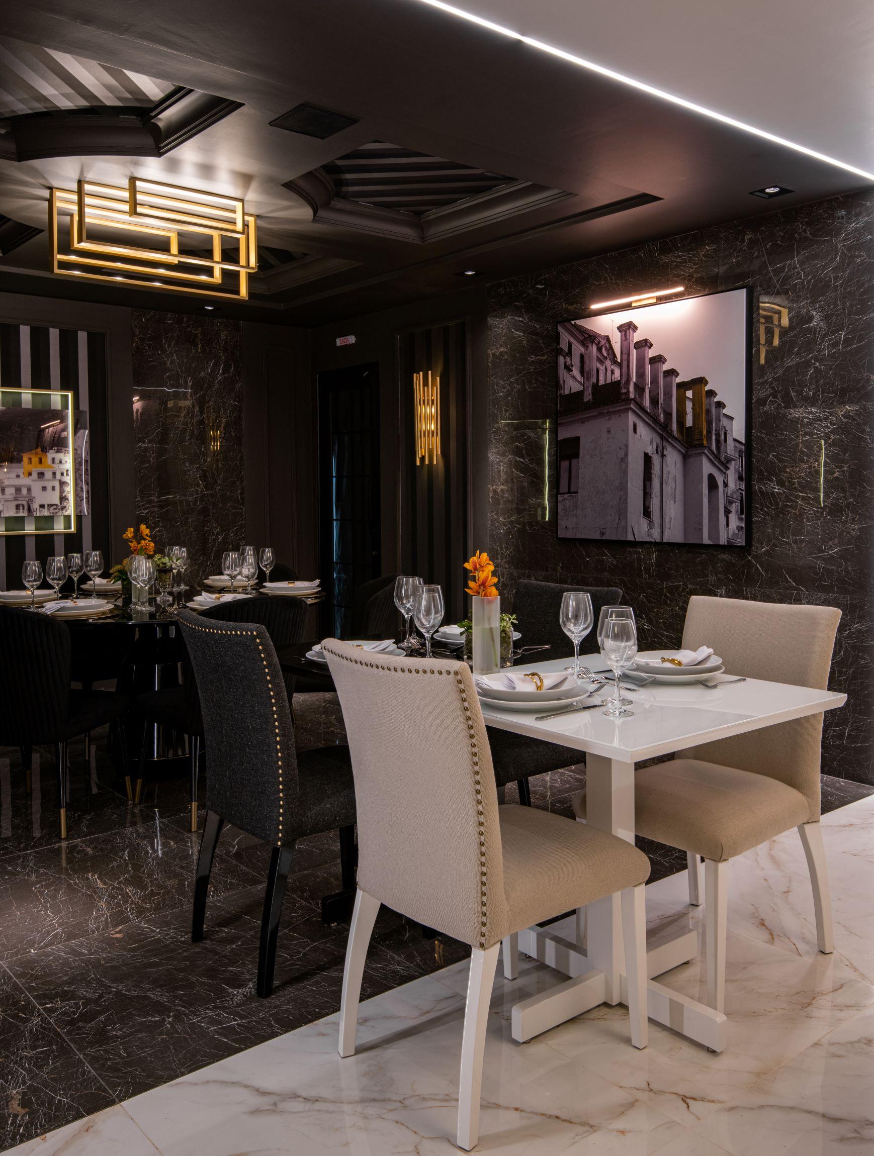 Restaurante Limone, CASACOR São Paulo 2019, Habitat Projetos Inteligentes. Restaurante com conceito de dualidade, mesas de mármore branco e preto, cadeiras clássicas brancas e pretas, quadros e teto de gesso.