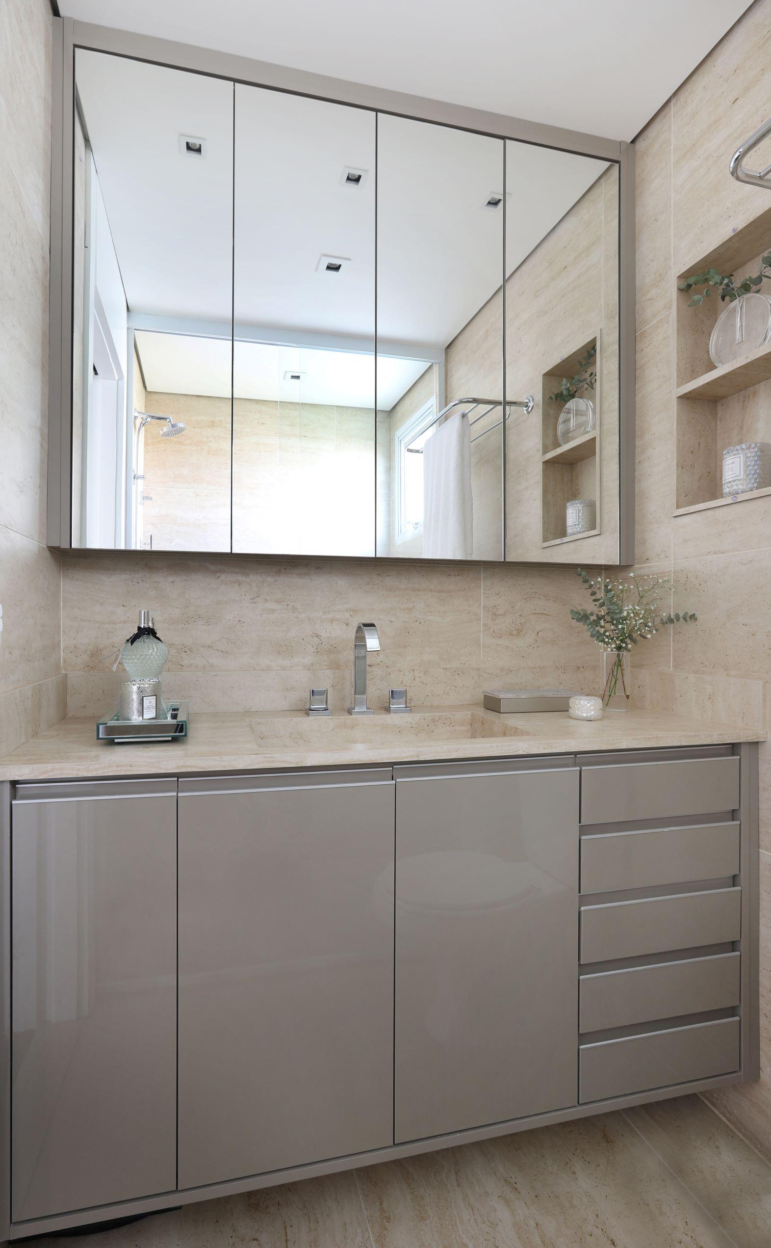 Banheiro clean com bancada de porcelanato e parede de porcelanato.