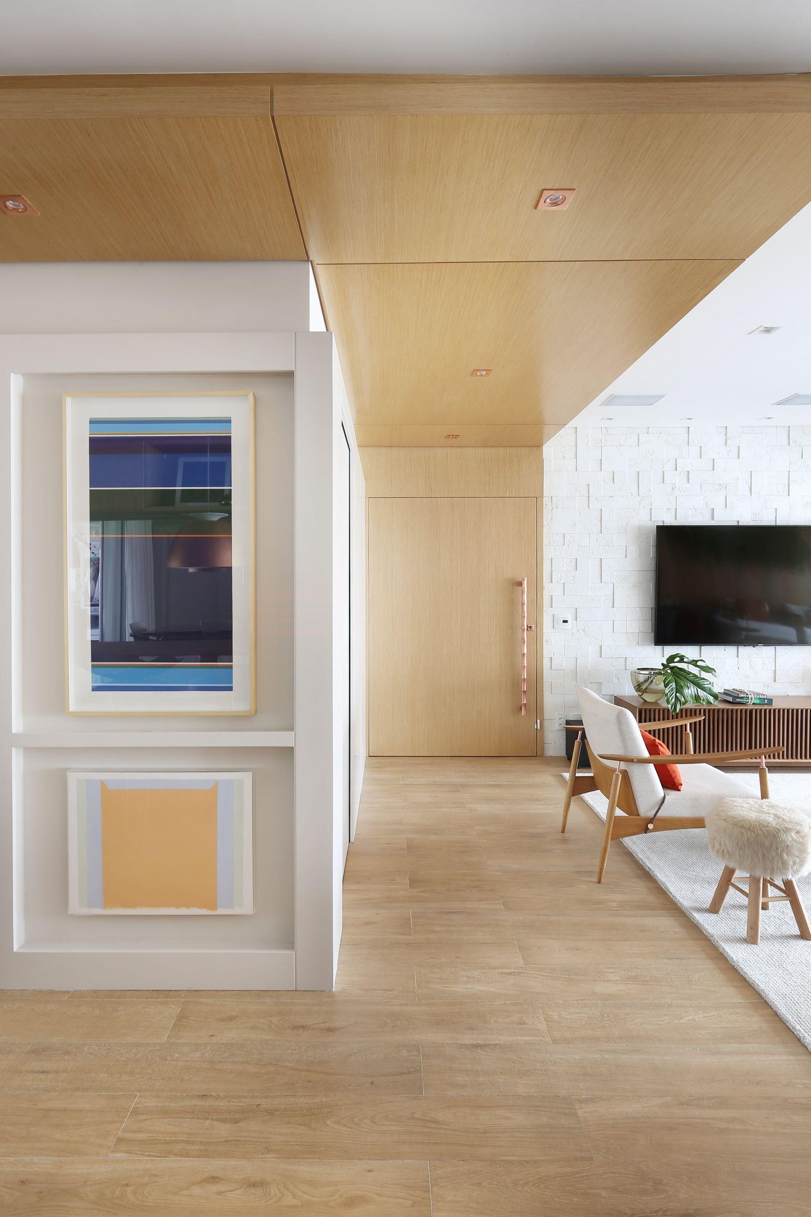 Porcelanato que imita madeira no piso em sala de estar. porcelanato que reproduz madeira.