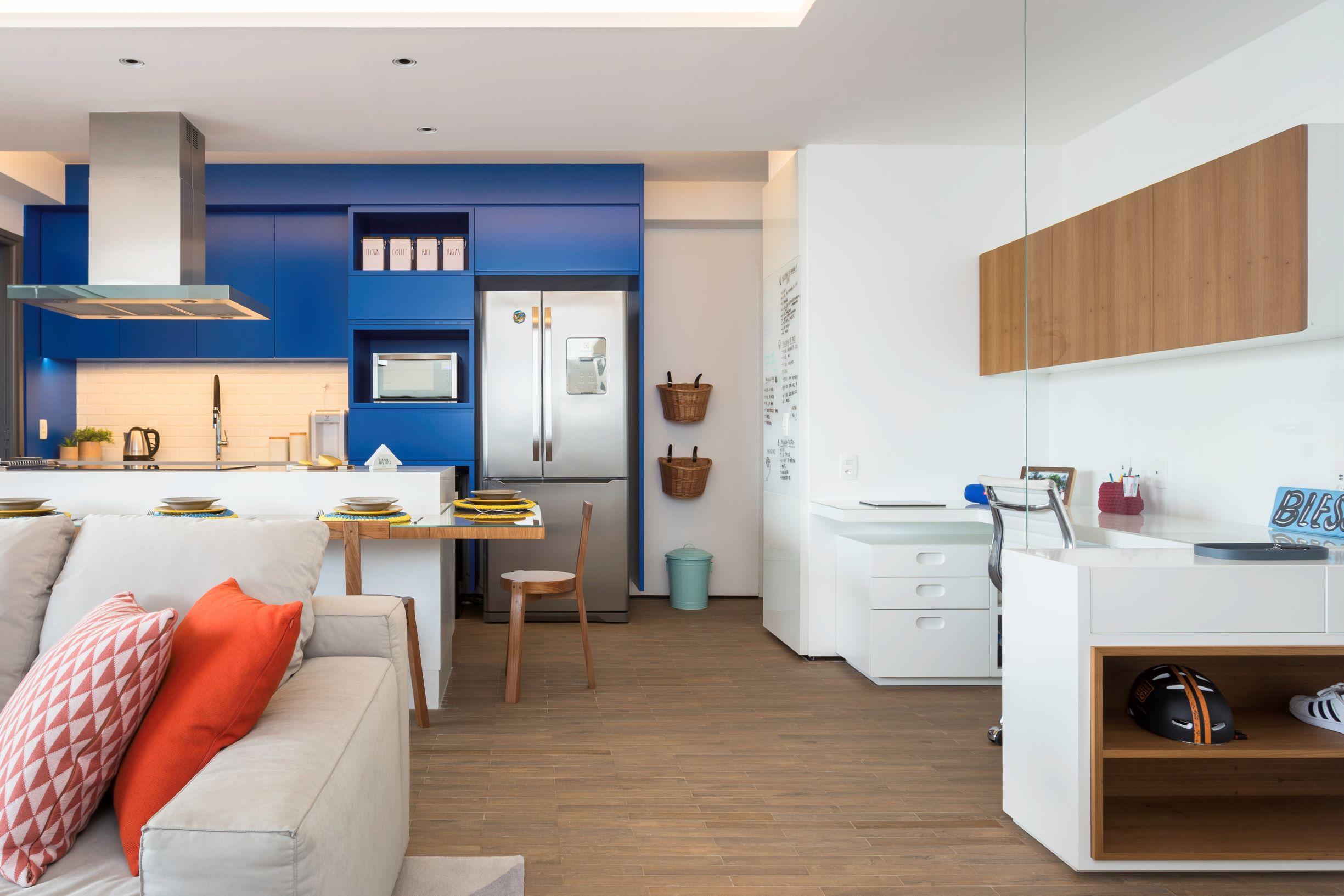 Apartamento com porcelanato que imita madeira. Porcelanato que reproduz madeira. Piso com revestido com porcelanato que imita madeira