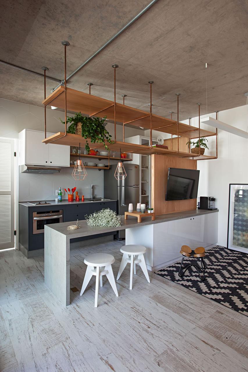 Porcelanato que imita madeira em tons de cinza em cozinha integrada com sala de estar.