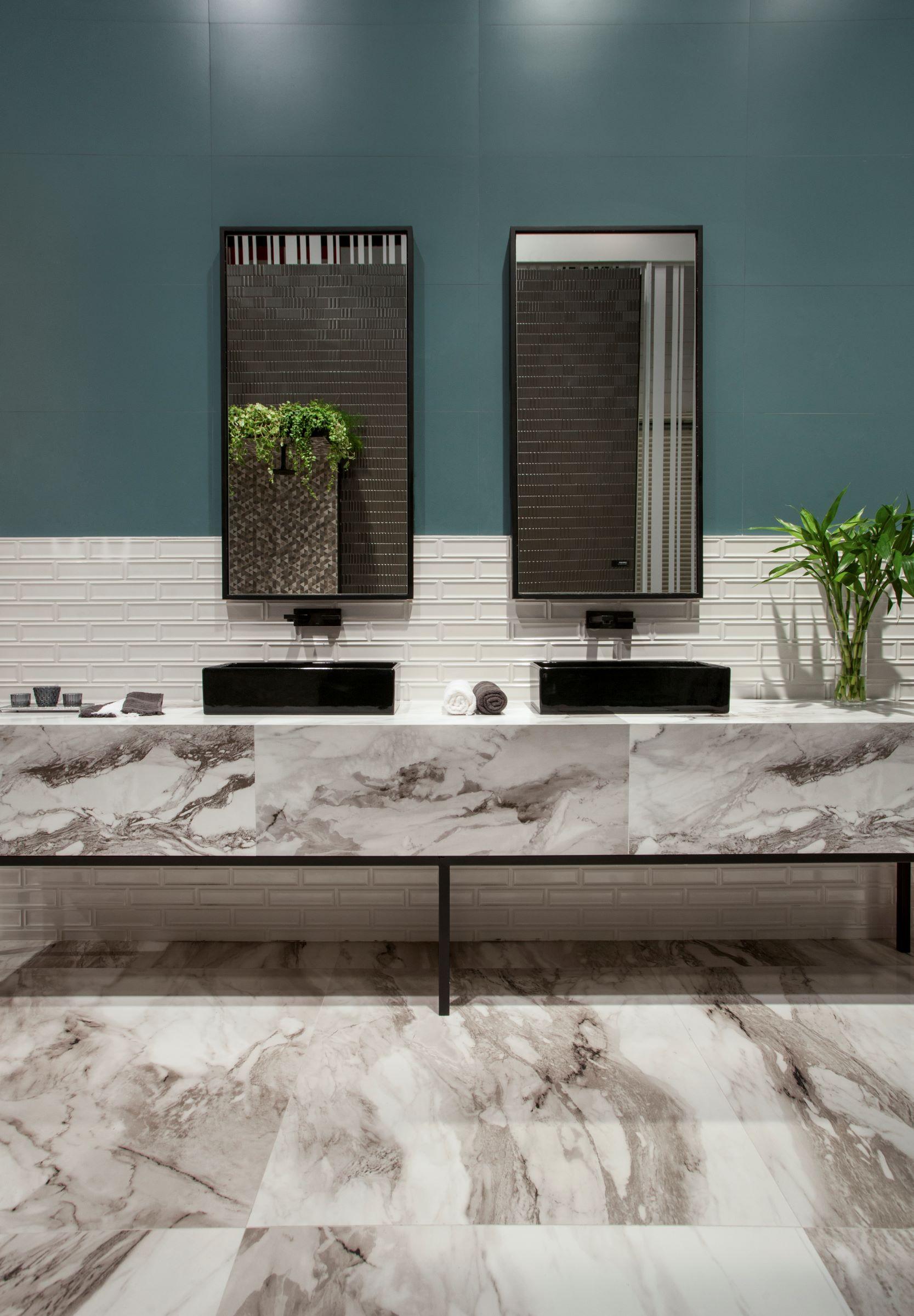 Revestimento da Ceusa na bancada com cuba de apoio. Porcelanato que imita mármore em bancada e piso do banheiro.