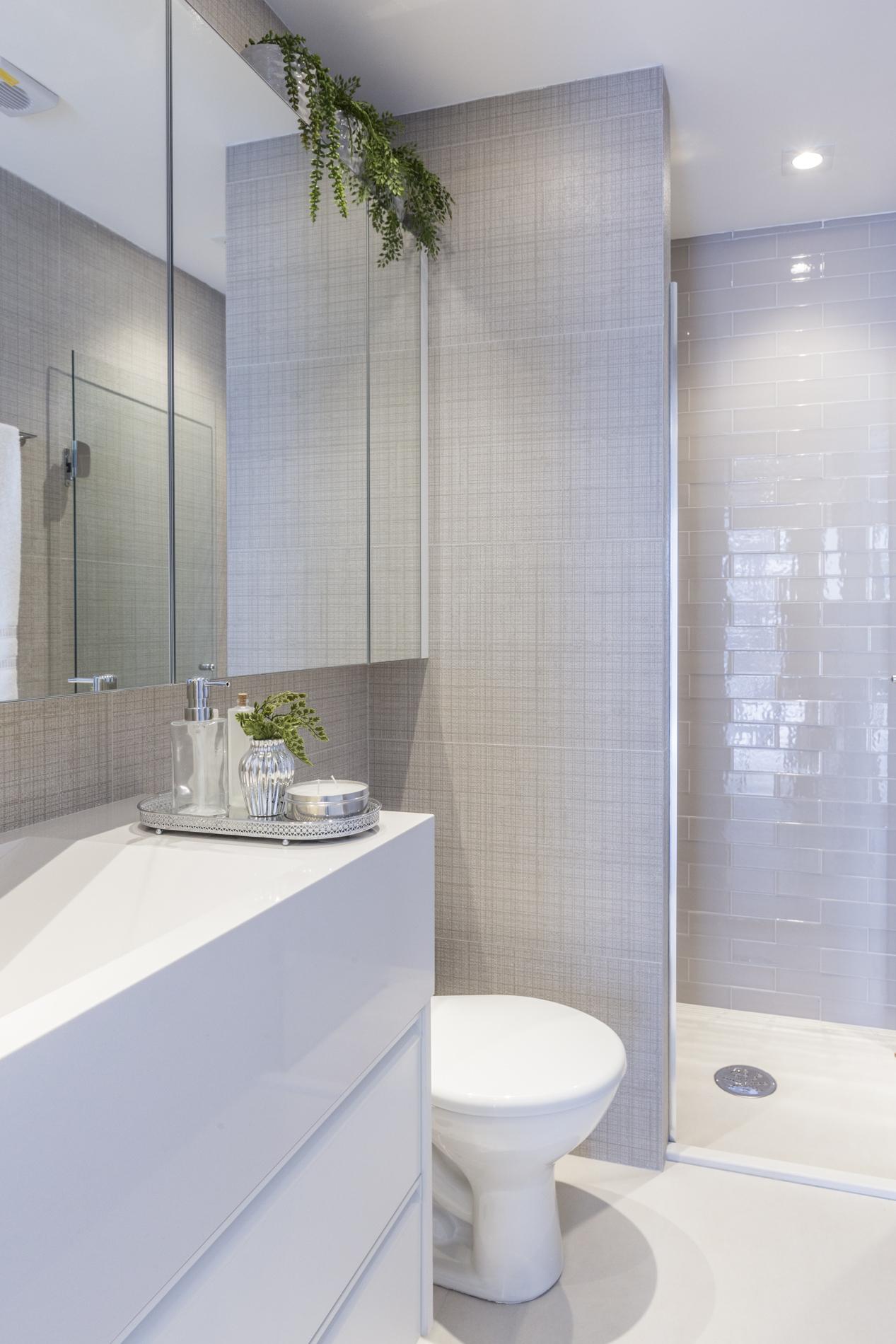 Reforma de banheiro: veja como escolher os produtos certos Banheiro pequeno com revestimento que simula tecido.