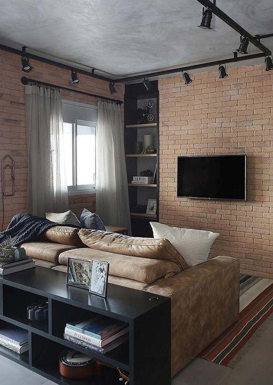 Sala de estar pequena com tijolinhos aparentes