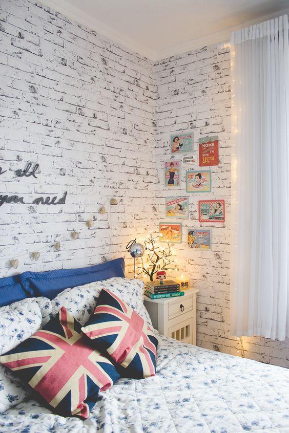 Parede de quarto com papel de parede que imita com fidelidade o tijolinho com pintura branca.