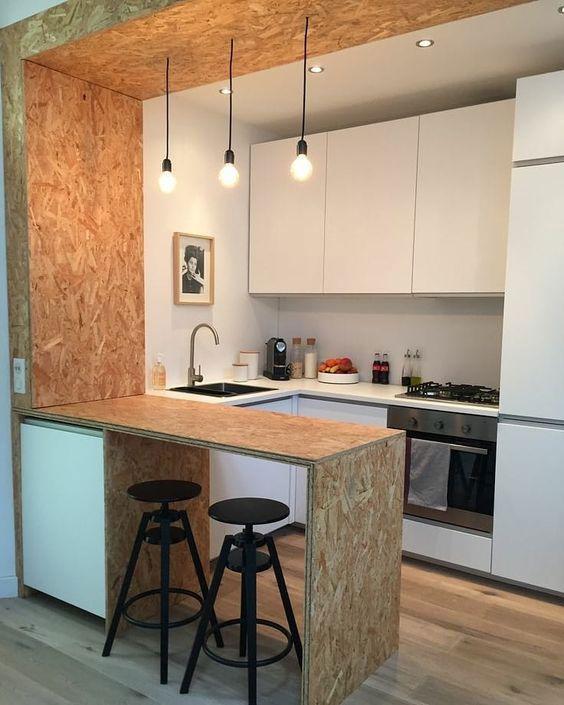 Cozinha pequena com estilo americano com luminárias de teto sobre a mancada.