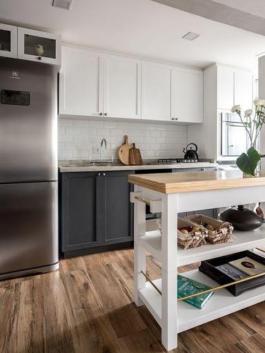 Cozinha pequena com ilha vazada e marcenaria to chão ao teto para alongar o pé direito.