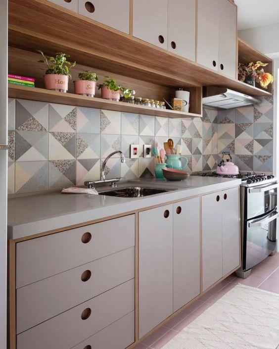 cozinha mescla revestimentos geométricos, madeiras quentes e tons claros.