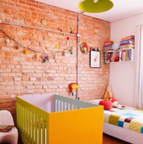 Quarto infantil com tijolinhos aparentes e muitas cores na mobilha.