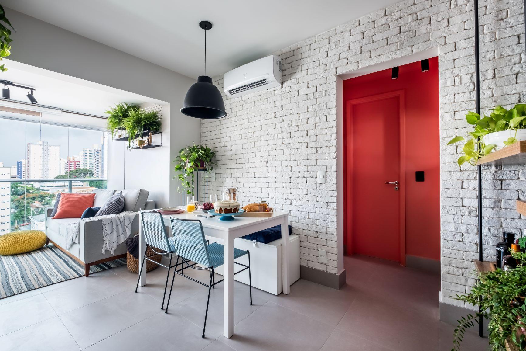 Apartamento com com decoração moderna. Sala de jantar e sala de estar integradas com revestimento de tijolinho natural branco e plantas. APARTAMENTO PARA VENDA: 5 SOLUÇÕES PRÁTICAS DE PROJETO