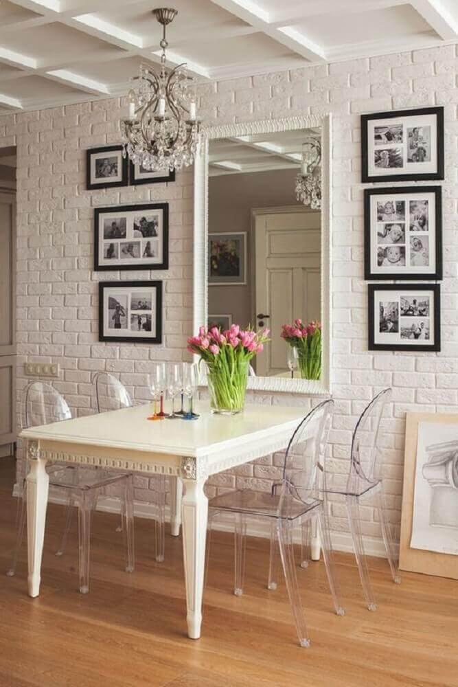 Sala de jantar. Aqui o revestimento que imita tijolos, apareceu como ponto de equilíbrio para o restante do décor repleto de elementos clássicos.