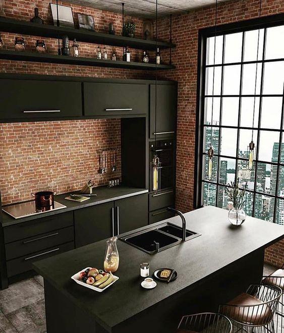 Combinando com mobiliário preto, o revestimento faz o projeto ganhar ares de lofts nova iorquinos, principalmente, com a vista privilegiada da cidade através da janela generosa.