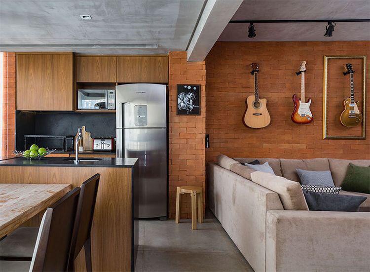 Sala de estar integrada com cozinha e sala de jantar.