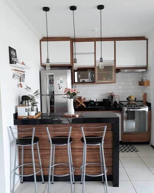 Cozinha pequena com inspiração industrial com toque de madeira. Parede do fundo com revestimento de metrô.
