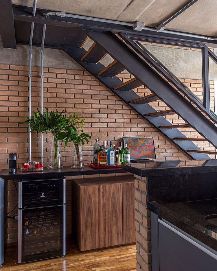 Aspectos originais do projeto foram preservados, como as vigas e o teto de concreto. Nas paredes e bancadas o tijolos foram perfeitamente alinhados, com juntas cheias.