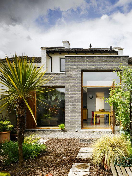 O tijolo em tom acinzentado dá um aspecto mais moderno ao projeto da fachada.