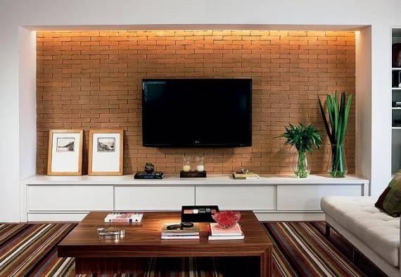 Pensando em trazer uma cor e uma textura ao projeto da sala, o tijolinho foi utilizado apenas em um nicho na parede atrás da TV.