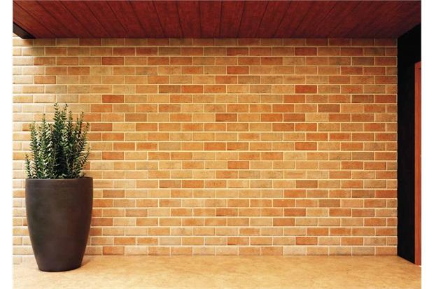 Porcelanato esmaltado utilizado na fachada, com coloração irregular bem semelhante ao aspecto original. Esse é o Bricks Terracota da Portobello com borda bold.