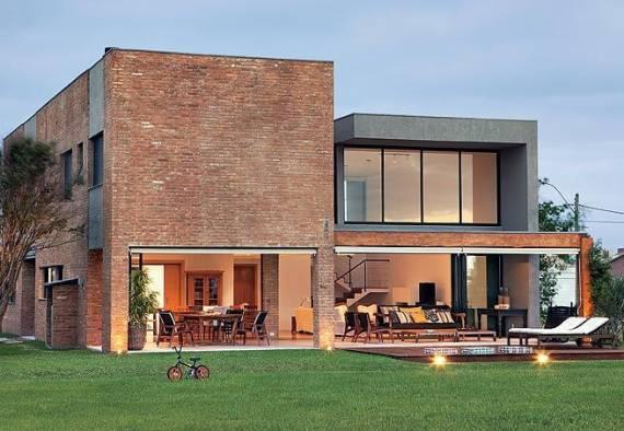 Mais uma vez utilizado na fachada do imóvel, mesclado com o concreto, além de grandes módulos abertos.