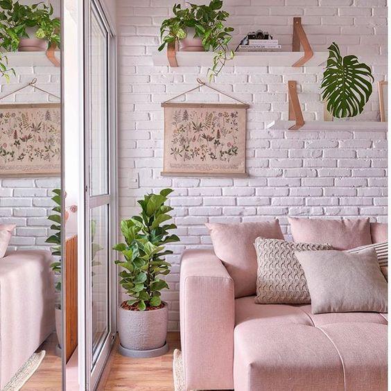 Com pintura branca, a parede de tijolos é a base desta sala bem feminina e delicada. 49 ideias de ambientes com tijolinho aparente