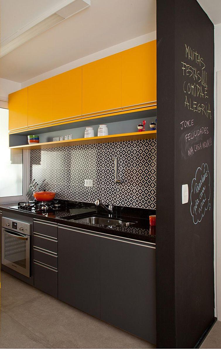 Cozinha compacta com pintura preta e amarela.