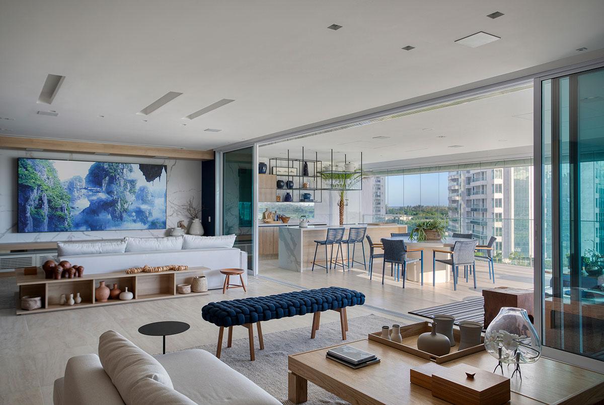 Apartamento com varanda gourmet integrada ao living.
