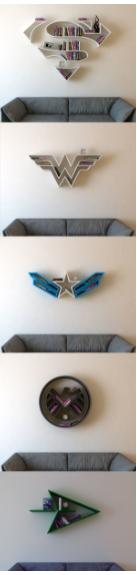 Diversas prateleiras com formatos dos símbolos dos Super-heróis.