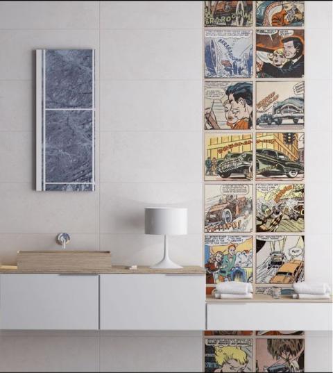 Ambiente com decoração de super-heróis, quadros de HQ's, prateleira com gavetas, Luminária e revestimento claro na parede.