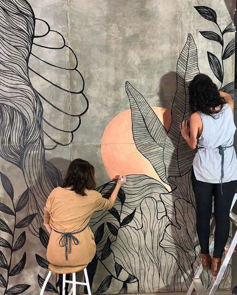Grafites na decoração, Wall Art coloridos desenhados na parede de cama feita de madeira