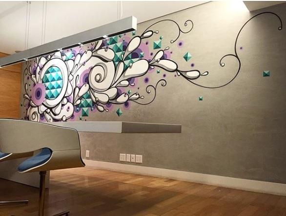 Grafites na decoração, Wall Art coloridos desenhados na parede com piso de madeira na sala