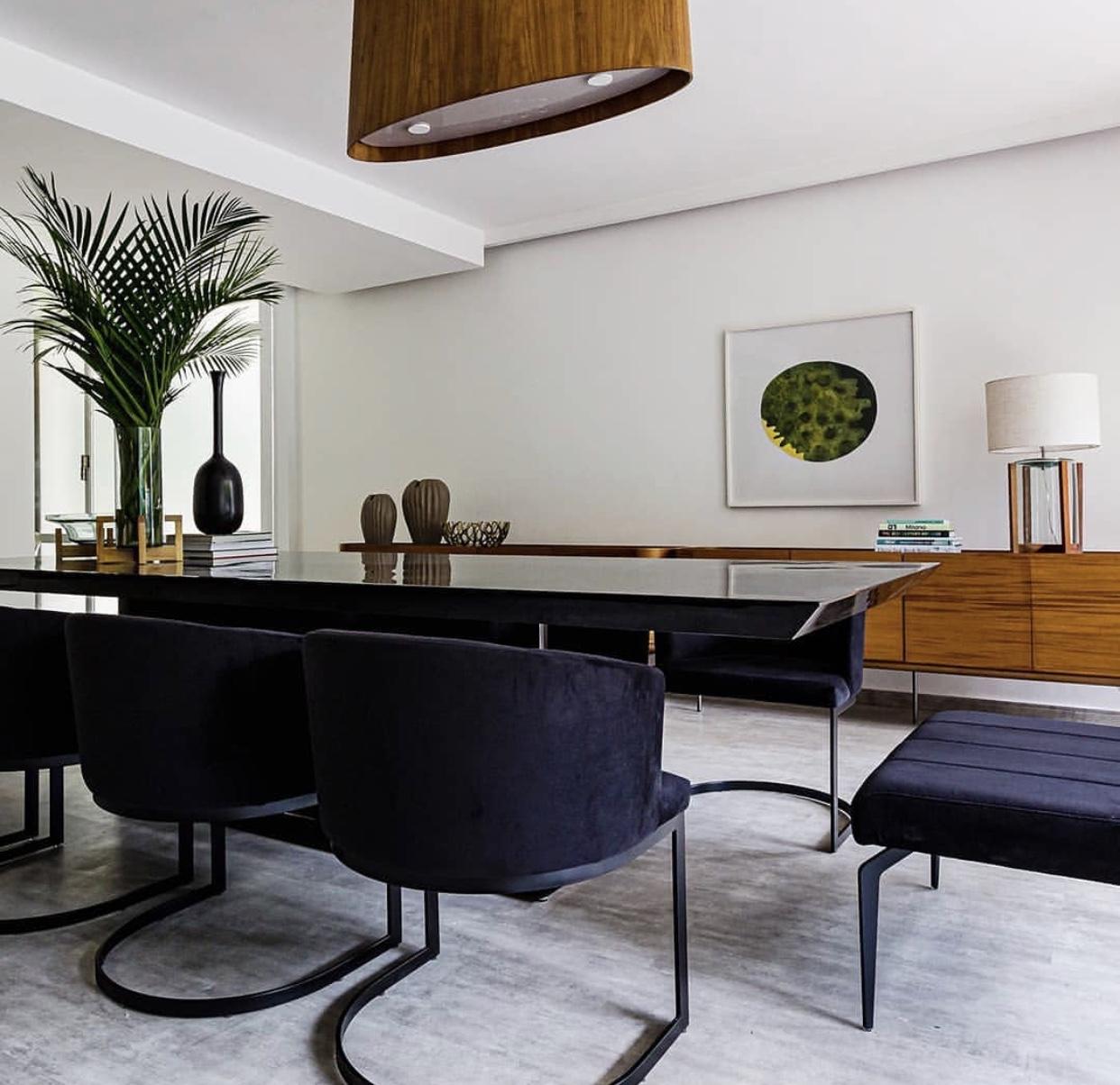 sala com piso que imita cimento queimado e moveis pretos Piso Laminado Gran Elegance Concreto Rodapé Estilo 7 cm