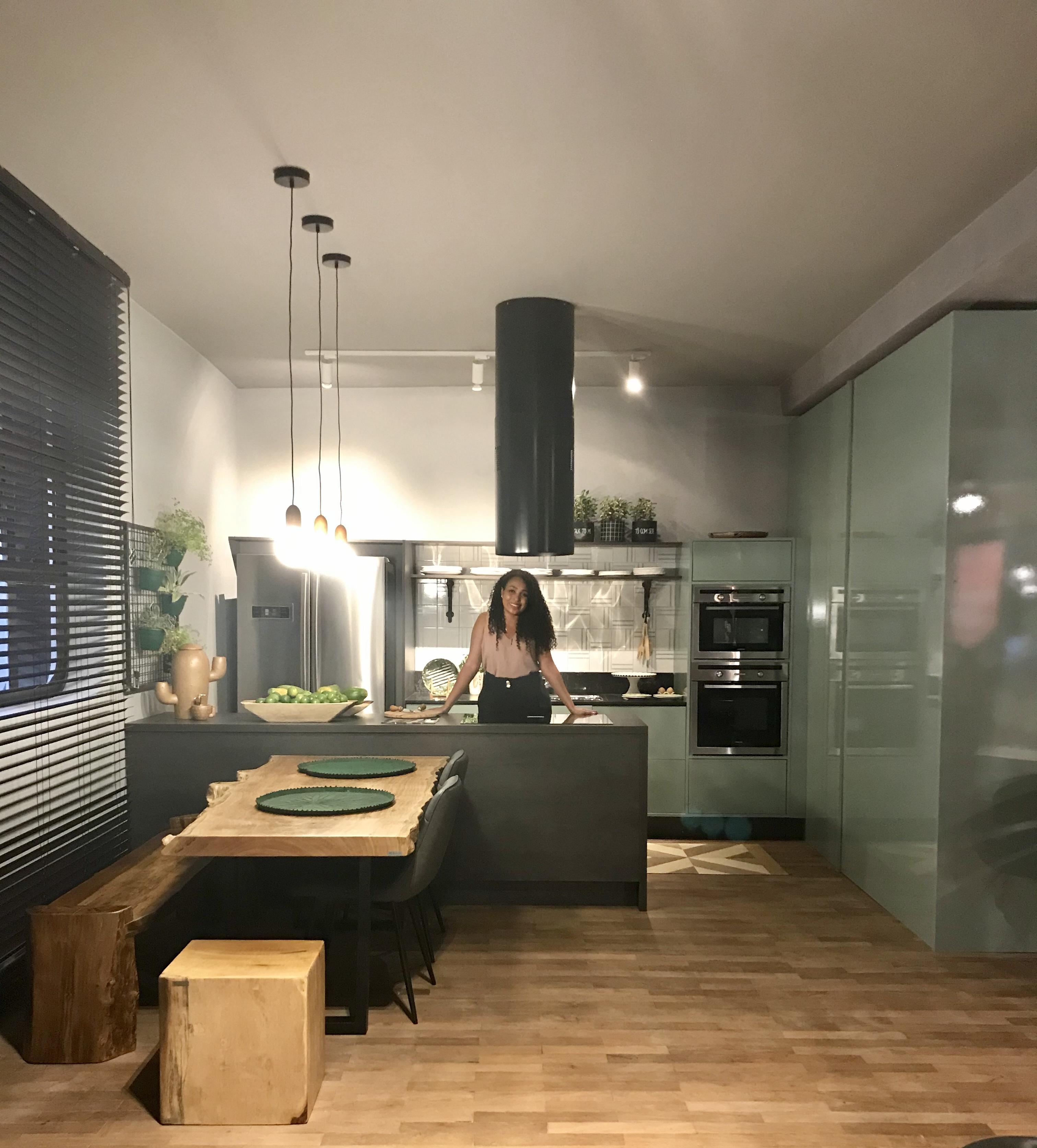 cozinha cor armario verde e piso de madeira e ilha preta- MDF Lacca AD Verde Bellagio e MDF BP Raízes Carbono Eucatex