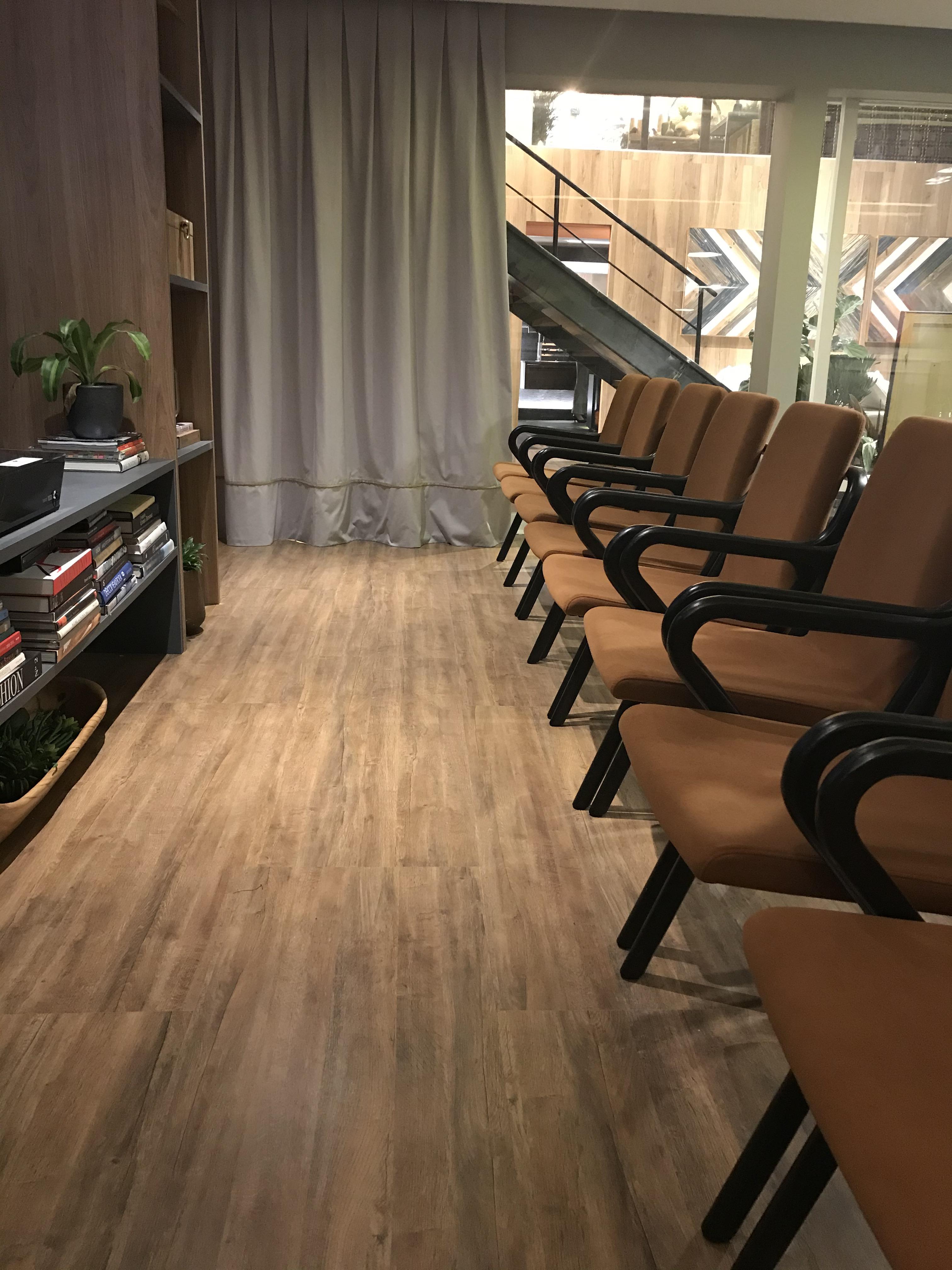 sala com parede cinza, Boiserie, piso que imita madeira  Piso Laminado Gran Elegance Carvalho Ouro