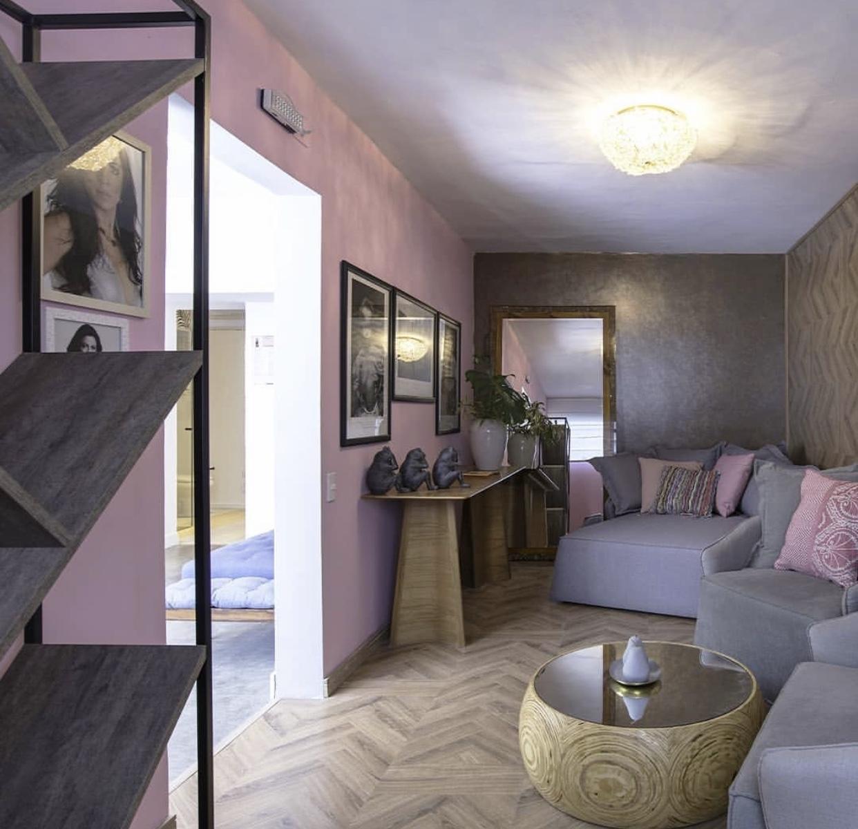 Sala com Piso e parede Laminado Gran Elegance New York (piso e parede) Rodapé Estilo 7 cm Madeirado