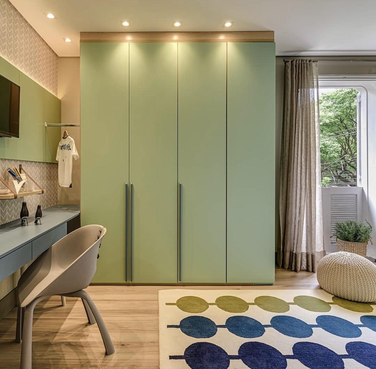 quarto de menino com verde e azul, tapete moderno e pintura de gatinho e guarda roupa verde piso laminado Eucatex