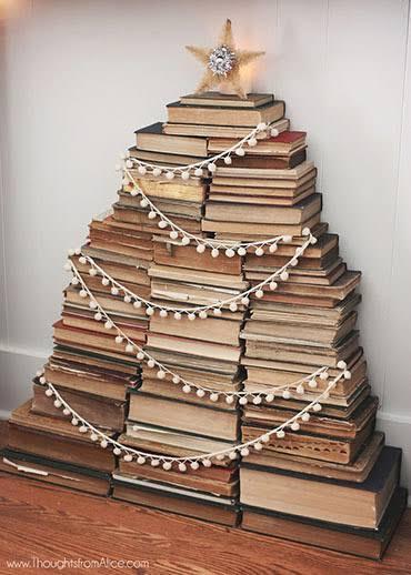 Árvore de Natal feita com livros DIY