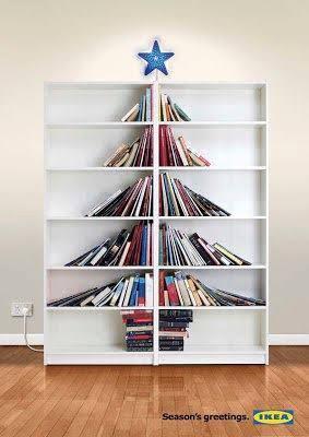 Árvore de Natal feita de livros na estante