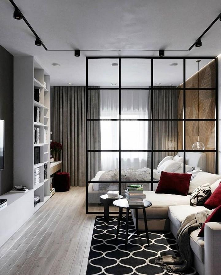 Sala pequena integrada com divisória de vidro com quarto
