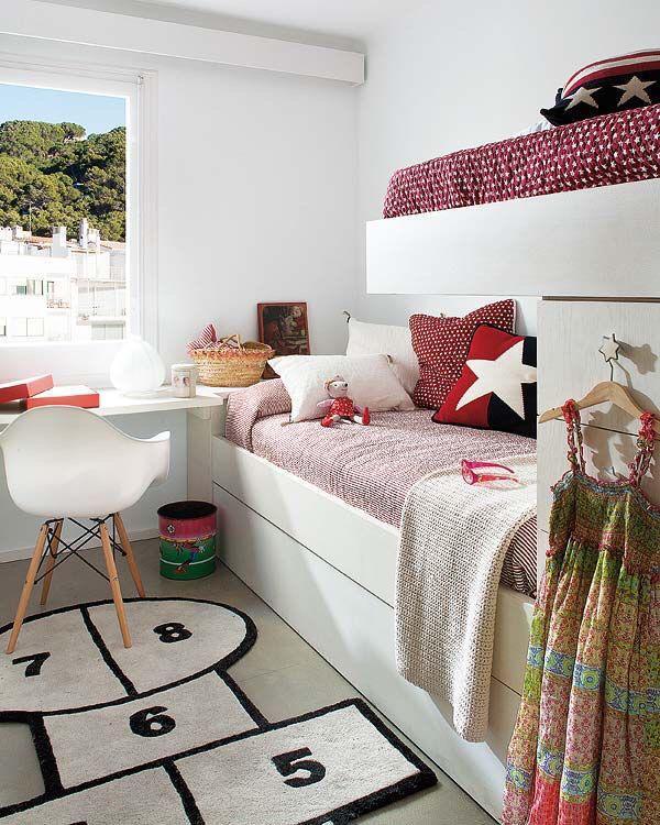 quarto de criança pequeno com decoração vermelha, tapete de amarelinha, com cama e escrivaninha