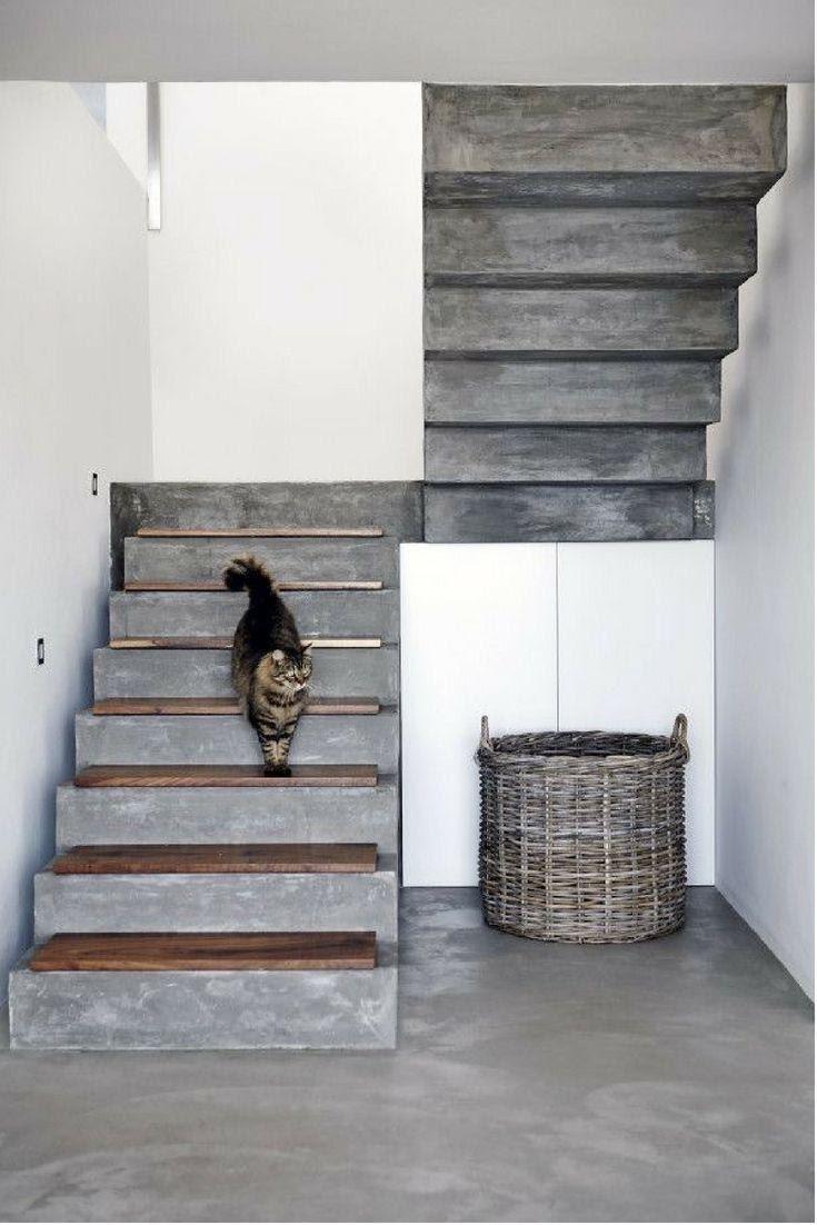 Escada com revestimento de cimento queimado, com degraus de madeira