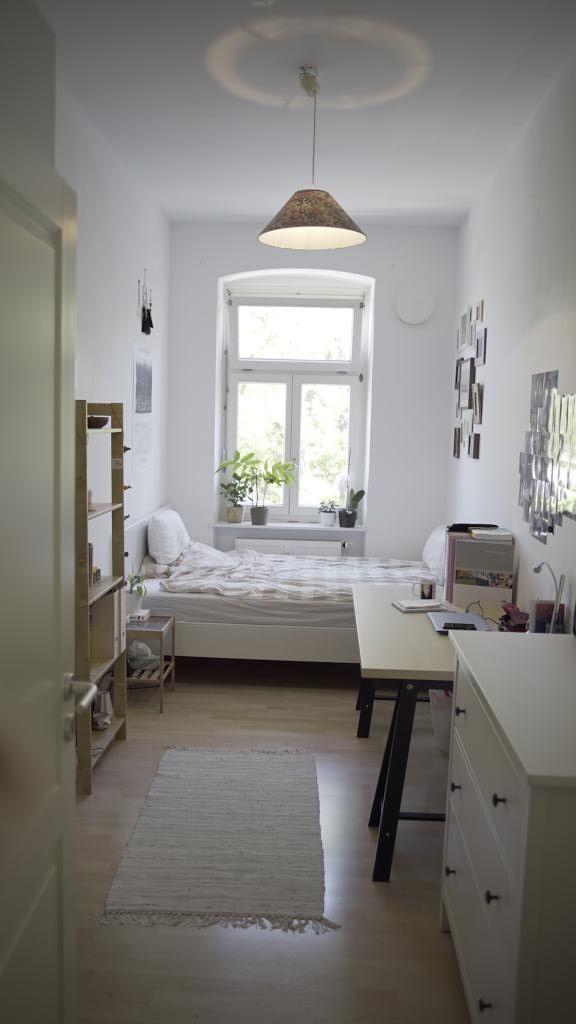 Quarto de solteiro clean, com piso laminado