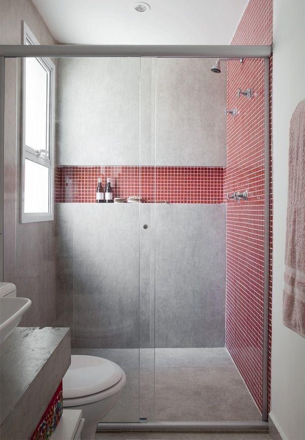 Banheiro todo revestido com cimento queimado, box com pastilhas de vidro vermelhas