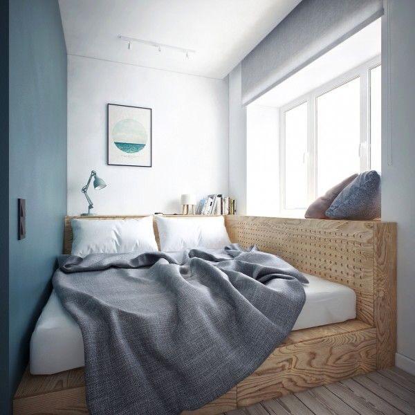 cama de casal com estrutura de madeira com parede azul e branca e piso amadeirado.